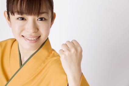 和食食堂でアルバイトをする女性